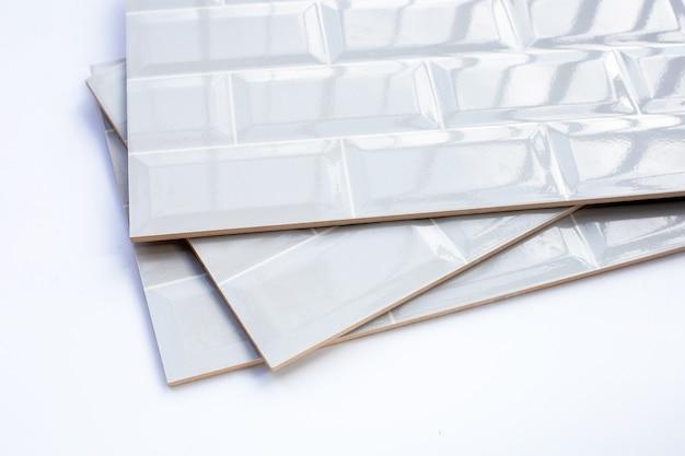 Pila di piastrelle da parete su sfondo bianco