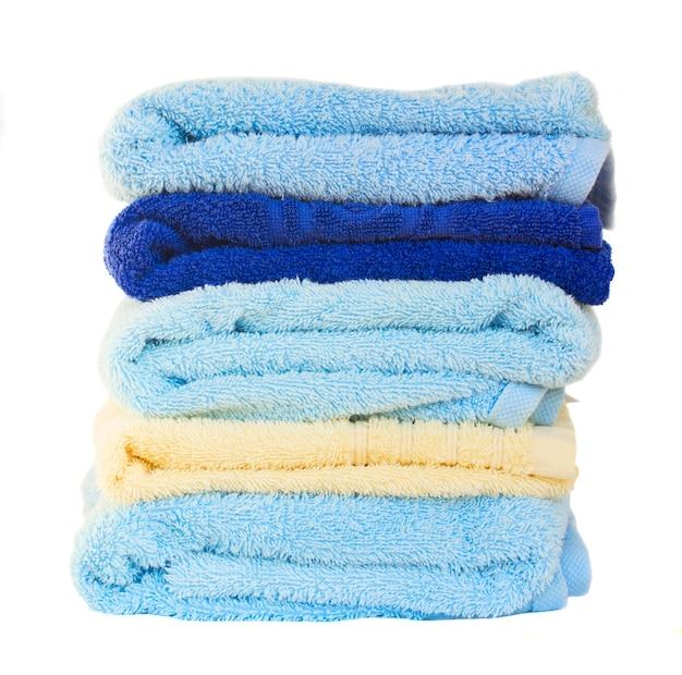 Pila di asciugamani lavati isolati Foto Premium