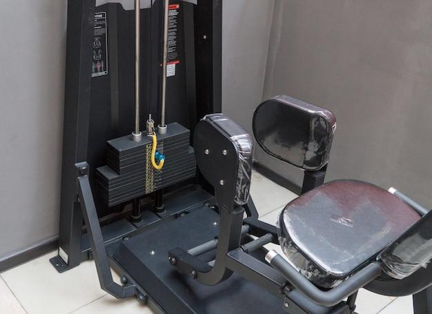 Impilare i pesi nell'attrezzatura da palestra per il bodybuilding