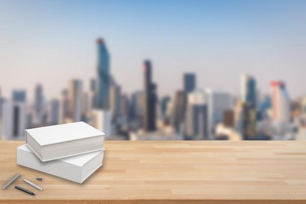 Pila di libro bianco con sfondo di paesaggio urbano