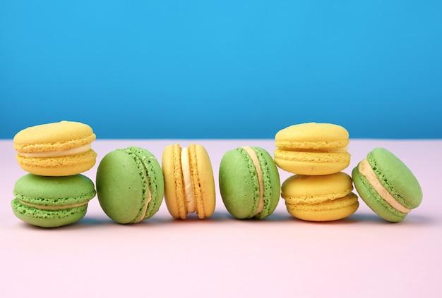 Pila di giallo e verde rotondo farina di mandorle torte macarons