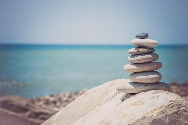 Pila di pietre zen vicino al mare. armonia, equilibrio.