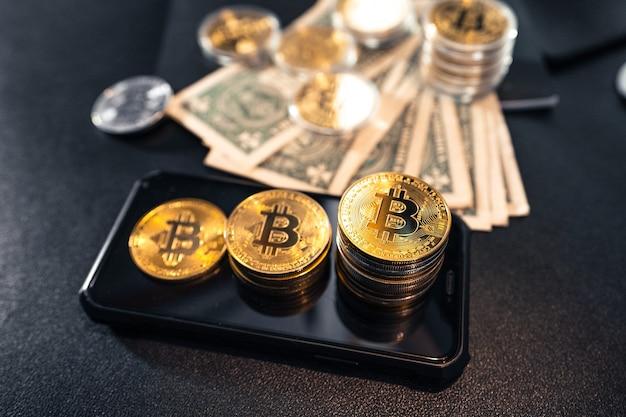 I bitcoin impilati crescono sulla scrivania pronti per investire.