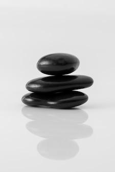 Pietre nere impilate su priorità bassa bianca