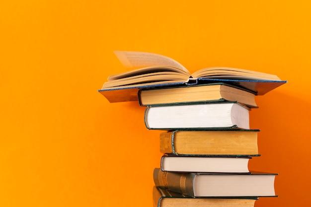 Pila di libri impilati con lo spazio della copia
