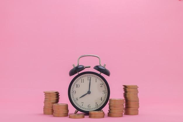 Le azioni di crescita finanziaria del concetto di moneta impilata investono il reddito delle tasse