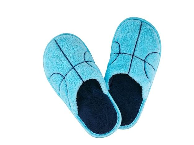 Impilati uno sopra l'altro blu pantofole isolati su sfondo bianco. scarpe comode da casa. la vista dall'alto.