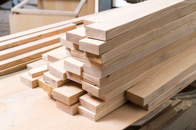 Raccolta di legno impilata in falegnameria