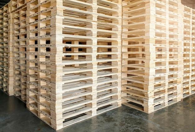 Pallet di legno impilati nel magazzino di stoccaggio