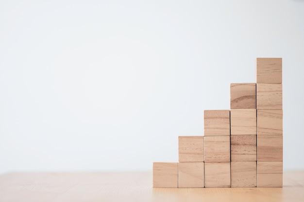 Impilamento di cubi di legno vuoti sul tavolo con copia spazio per la formulazione di input e l'icona infografica.