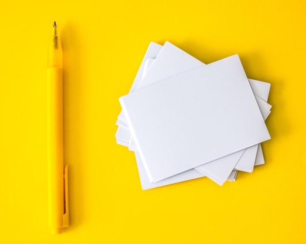 Impilamento del biglietto da visita bianco vuoto di mockup, modello per la progettazione di branding business