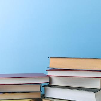 Pile di libri diversi su un blu