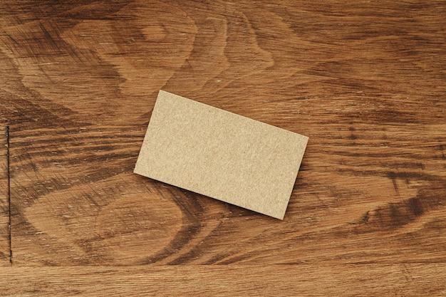 Pile di biglietto da visita con lo spazio della copia su fondo di legno