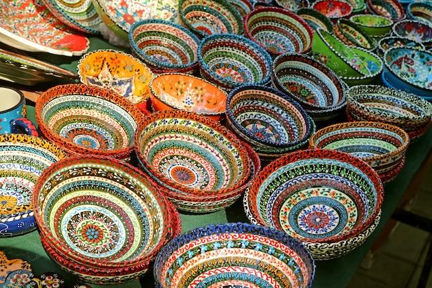 Pile di colorate ciotole dipinte a mano per la vendita al mercato di vernissage a yerevan, armenia
