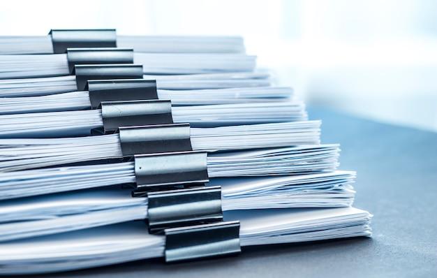 Impila i file di documenti con una clip nera