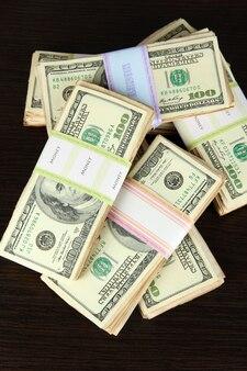 Pile di soldi sul tavolo di legno