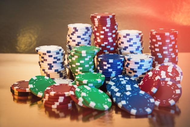 Pile di fiches da poker isolato su sfondo dorato. casinò