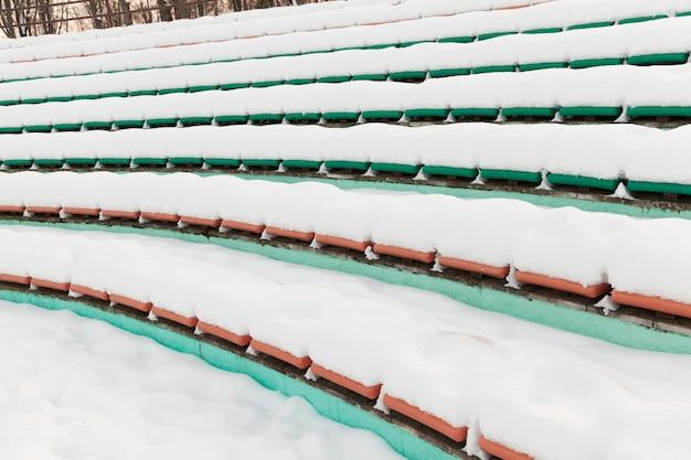 Sedili dello stadio coperti di neve in inverno