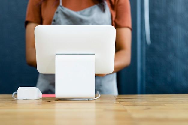 Personale ad un registratore di cassa di pagamento senza contanti