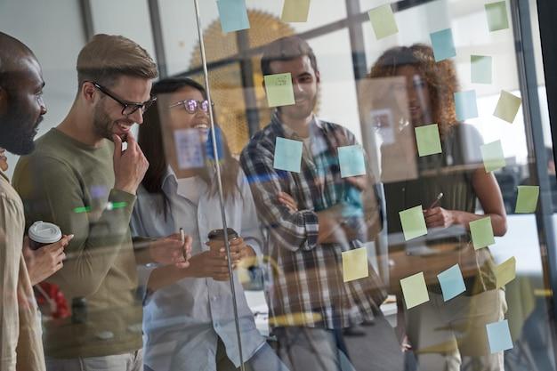 Personale che crea progetti per i clienti e offerte per il futuro