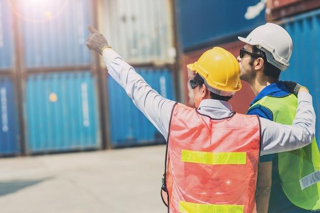 Caposquadra del personale presso l'area di carico del carico del container del magazzino buona cooperazione unire il team di lavoro insieme mano rivolta in avanti