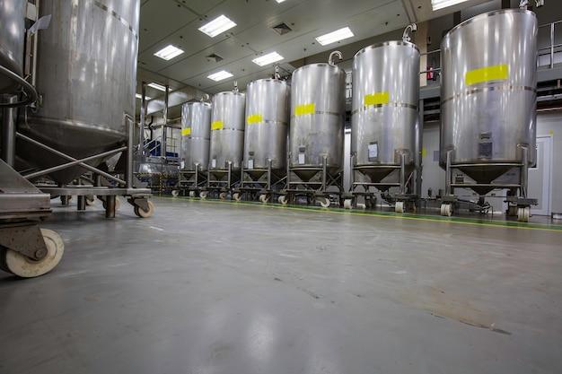 Serbatoi verticali in acciaio inox con serbatoio in dotazione cantina chimica al con rotella di scorrimento pulizia e trattamento serbatoi in acciaio inox presso stabilimento chimico