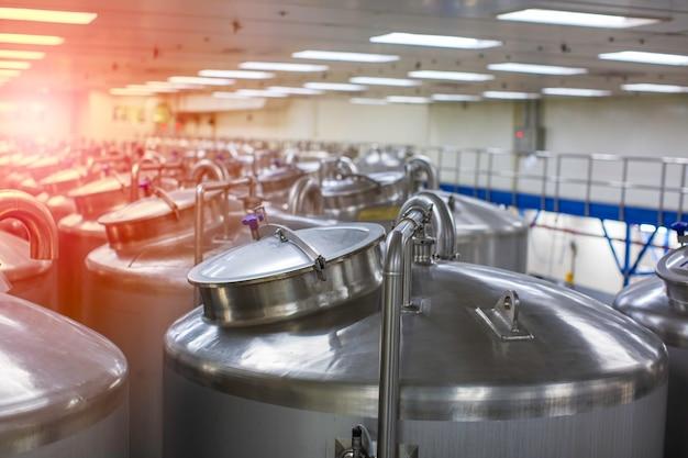 Serbatoi in acciaio con coperchio inossidabile con misuratore di pressione nella struttura del serbatoio dell'attrezzatura per la pulizia e il trattamento dell'acqua nell'impianto di shampoo
