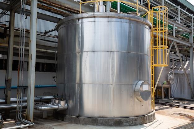 Serbatoi chimici in acciaio inossidabile per una fabbrica di resine.