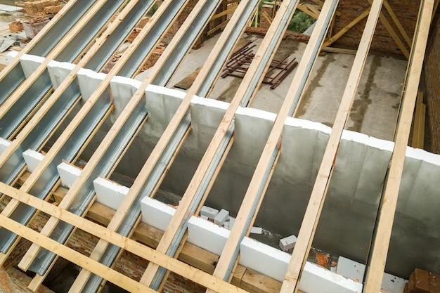 Struttura del tetto in acciaio inossidabile per il futuro tetto in costruzione. sviluppo del telaio del tetto in metallo sulla parte superiore della casa.