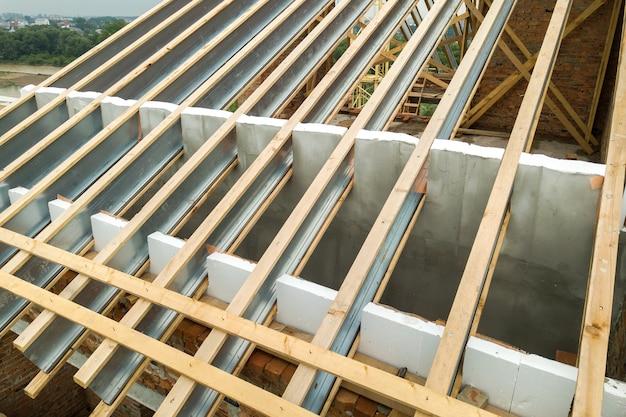 Struttura del tetto in acciaio inossidabile per il futuro tetto in costruzione.
