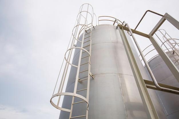 Scala di silos in acciaio inossidabile nell'industria chimica.
