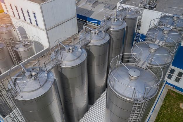Serbatoi in acciaio inossidabile in una vista dall'alto di un impianto di trasformazione alimentare.