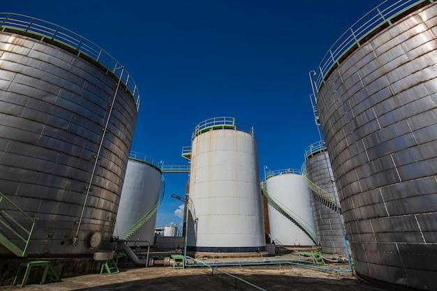 Serbatoio inox grande con prodotti chimici industriali