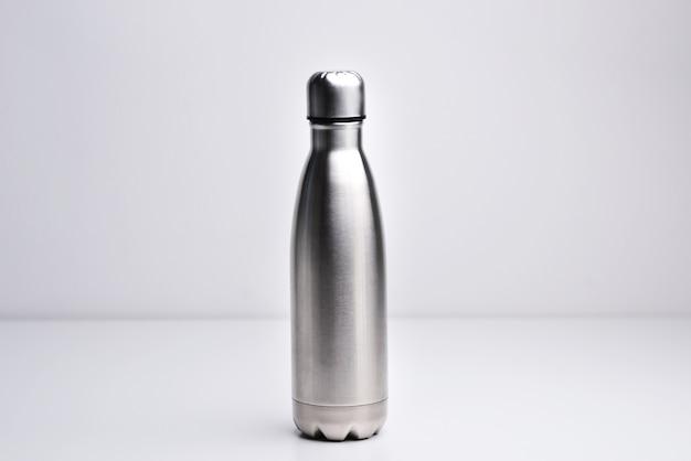 Bottiglia d'acqua thermos in acciaio isolato su sfondo bianco