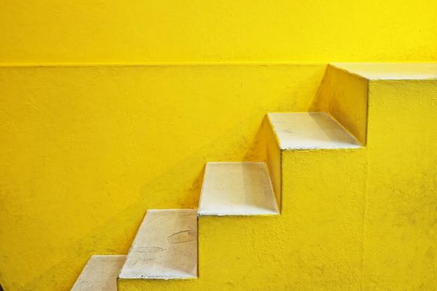 Scala di fondo giallo