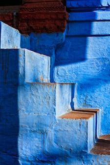 Scale di casa dipinta di blu a jodhpur, nota anche come