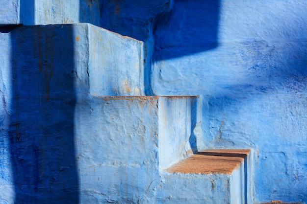 Scale della casa dipinta di blu a jodhpur, città blu intorno al forte mehrangarh. jodphur, rajasthan