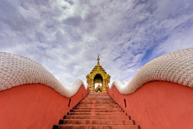 Scale che portano al tempio panorama wat phra that doi phra shan è un altro bellissimo tempio