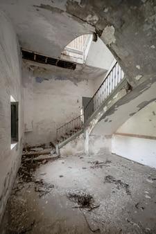 Scale di un vecchio edificio in rovina