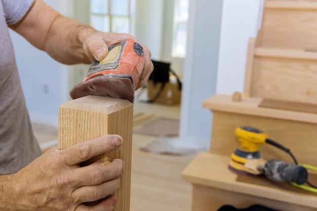 Levigatrice per scale per ristrutturazione di corrimano in legno una nuova casa in costruzione