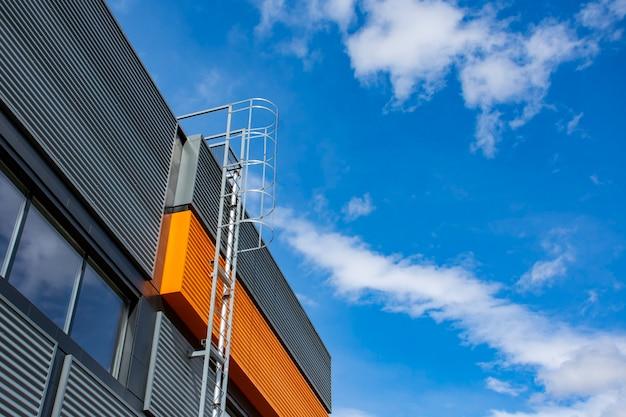 Scalinata verso il cielo. scala in metallo sull'edificio sullo sfondo del cielo e delle nuvole.
