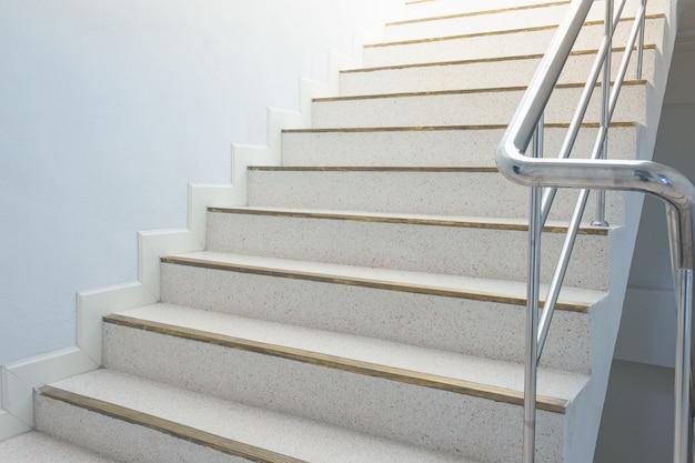 Pozzo delle scale nell'edificio con ringhiera in metallo