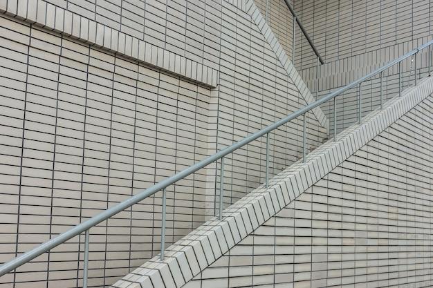 Tromba delle scale in edificio moderno