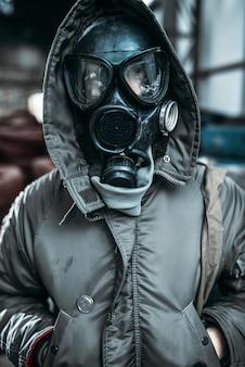Concetto di stalker, persona di sesso maschile in maschera antigas, pericolo di radiazioni. stile di vita post apocalittico, giorno del giudizio, orrore della guerra nucleare