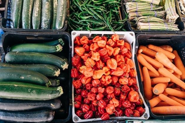 Bancarella di frutta e verdura biologica in un mercato agricolo che vende prodotti biologici