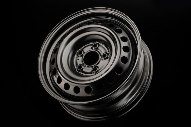 Ruota in acciaio stampato per auto, nuova su fondo nero.