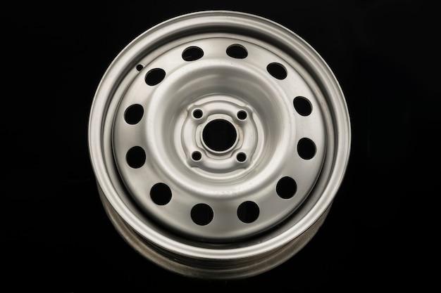 Ruota in acciaio stampato per auto, nuovo grigio su sfondo nero.