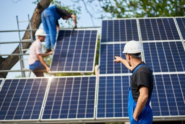Installazione del sistema di pannelli solari stand-alone, energia verde rinnovabile