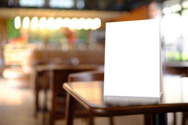 Stand mock up menu cornice tenda carta sfondo sfocato layout visivo chiave di progettazione.