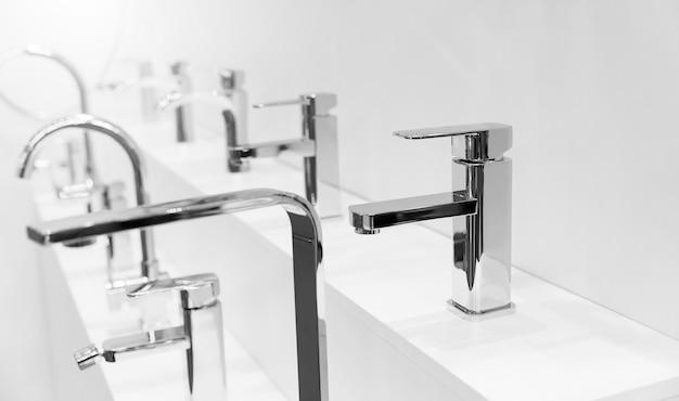 Stand con miscelatori da bagno